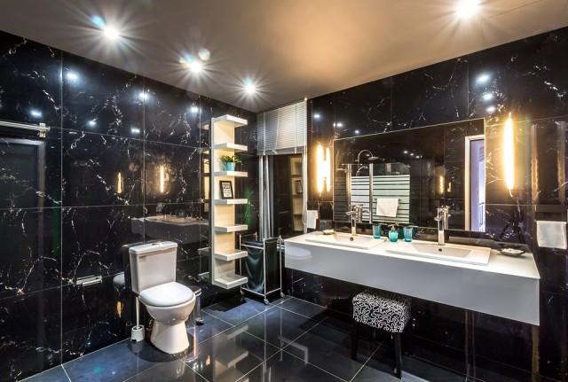 Kamień w łazience w formie marmurowych płytek ściennych