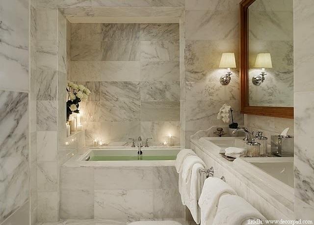 Łazienka z jasnego marmuru